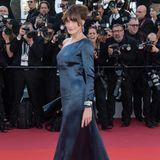 Carla Bruni setzt auf einen bewehrten Look: Mit einem bodenlangen One-Shoulder-Dress in glänzender Optik macht die Sängerin nichts verkehrt.