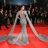 Wow, Hina Khan ist bekannt aus zahlreichen Bollywood-Produktionen. Mit dem großen Auftritt und viel Bling Bling kennt sie sich also aus. Das Kleid ist ein Ergebnis mühseliger Handarbeit vonZiad Nakad Couture. Die perfekte Wahl für ihr Debüt auf dem Red Carpet in Cannes.