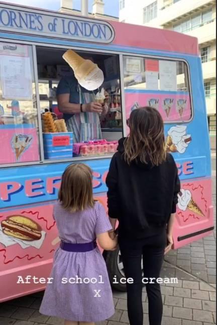 15. Mai 2019  Mutter-Tochter-Ausflug: Hand-in-Hand schlendern Victoria Beckham und Töchterchen Harper Seven nachzu einer Eisdieleund gönnen sich nach getaner Arbeit eine leckere Süßigkeit.