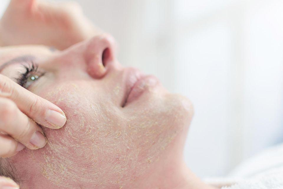 Ein Peeling entfernt Hautschüppchen und reinigt die Poren
