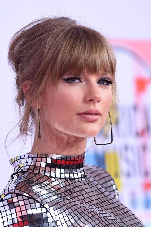 Taylor Swifts Kleid funkelt wie eine Discokugel, ihre Partyfrisur bleibt deshalb eher zurückhaltend.