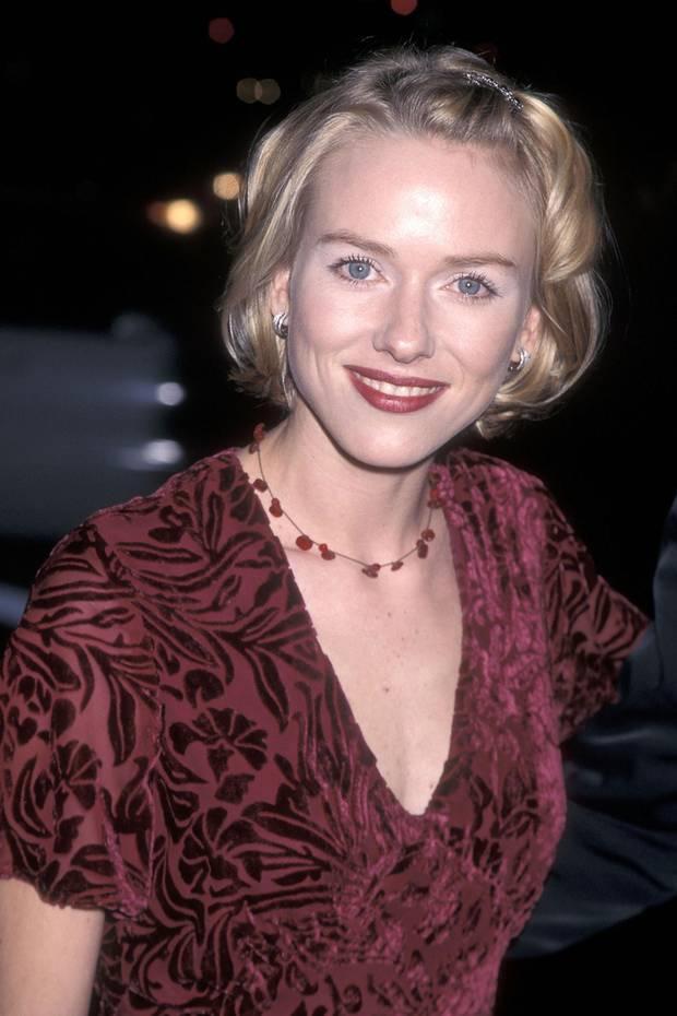 """Der Film """"Gefährliche Schönheit – Die Kurtisane von Venedig"""" feierte 1998 in Hollywood Premiere. Für Naomi Watts eine ziemlich große Sache, denn der Streifen zählt zu ihren ersten großen Filmprojekten. Mit mädchenhaften Löckchen und Haarspange wurde die junge Frau von den Kameras abgelichtet.Damals konnte sie noch nicht ahnen, dass sie eines Tages zu den größten ihrer Liga gehören würde..."""