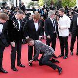 Was ein Luxus: Taron Egerton bindet Elton John gnz selbstlos die Schuhe auf dem Roten Teppich zu.
