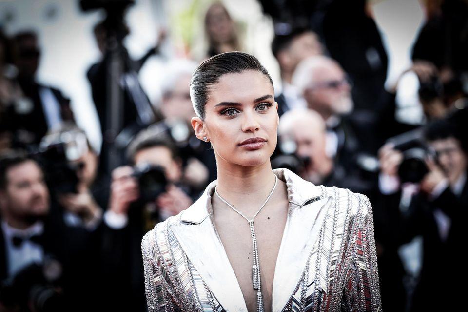 Das portugiesische Model Sara Sampaio zieht mit ihrem silbernen Hosenanzug alle Blicke auf sich.
