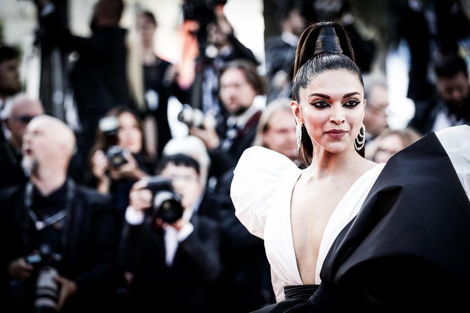 Bollywood-SchauspielerinDeepika Padukone hat für ihren Auftritt auf dem Roten Teppich eine auffällige Frisur gewählt.