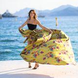 ... Model Isabeli Fontana posiert bei einem Fotoshootingin einem extravaganten Kleid am Meer.