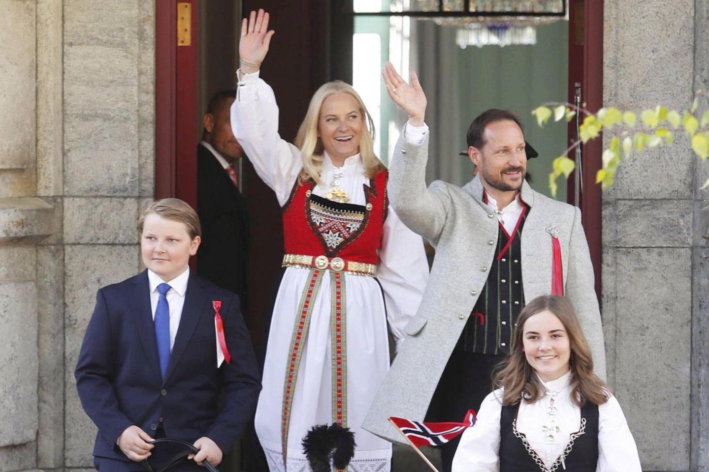 17. Mai 2019  Heute wird in Norwegen der Nationalfeiertag begangen. Prinzessin Mette-Marit, Prinz Haakon und die Kinder Prinz Sverre Magnus und Prinzessin Ingrid Alexandra strahlen an diesem besonderen Tag mit der Sonne um die Wette.