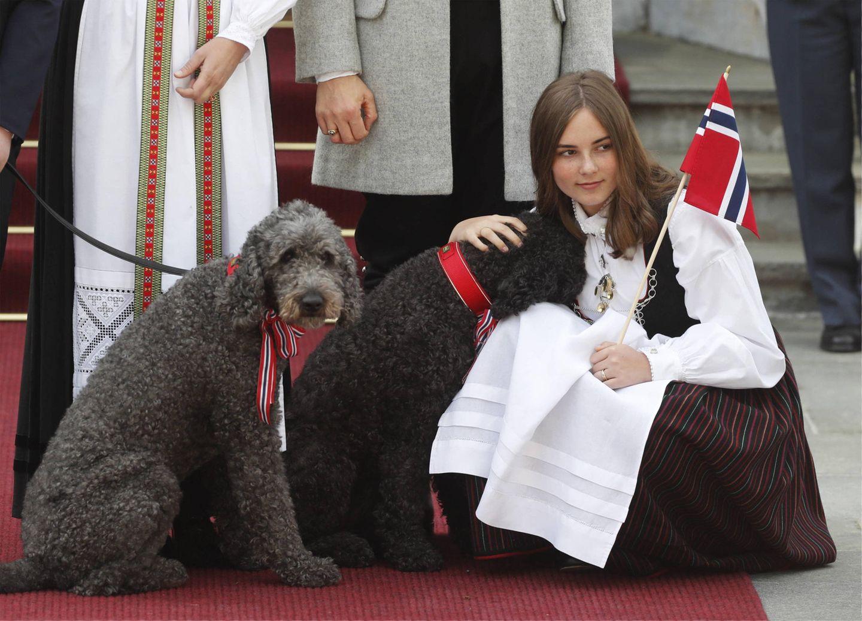 17. Mai 2019  Auch die FamilienhundeMilly Kakao und Muffins dürfen auf den Fotos natürlich nicht fehlen.