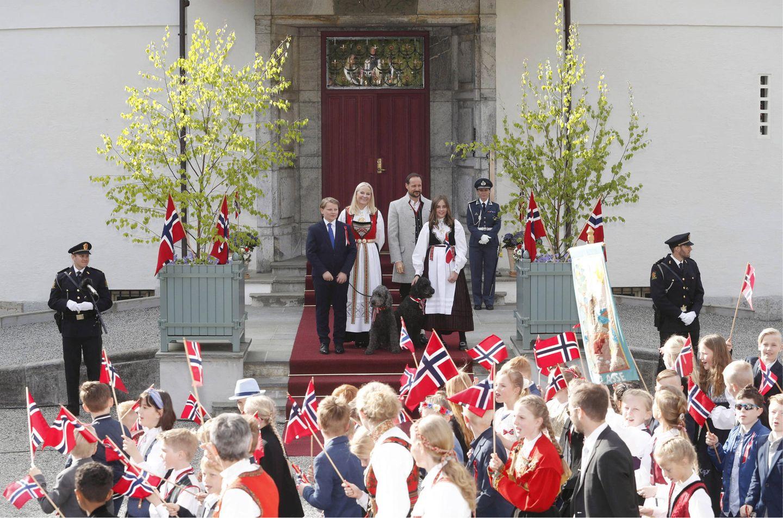 17. Mai 2019  Traditionell begrüßt Norwegens Kronprinzenfamilie als Erstes den Kinderumzug in Asker von denvon den Treppen ihrer Residenz Skaugum aus.