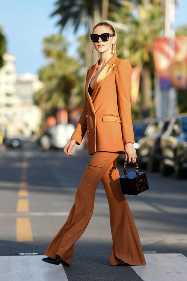 Anhalten und anschauen: Model Stefanie Giesinger legt in Cannes die Straße lahm während sie in einem coolen Hosenanzug durch die Stadt flaniert. Ihr Look überzeugt dank eines femininen Blazers mit tiefem Ausschnitt und einer weit geschnittenen Hose. Dazu kombiniert sie dunkle Accessoires ...