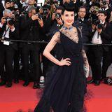 Dieses Kleid ist wie für Dita van Teese gemacht. Der Star trägt seine typische Frisur im Stil der 50er-Jahre und begeistert in einer dunkelblauen Tüll-Robe.