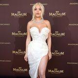 In diesem Kleid kommen alle Vorzüge von Rita Ora perfekt zur Geltung. Designerin Vivienne Westwood liebt es, die Weiblichkeit zu zelebrieren, wie man auch anhand dieser Kreation sieht. Ein besonderes Highlight: Die Satin-Heels der Sängerin. Die Schuhe mit Feder-Details stammen aus einer Kollaboration der Sängerin mitGiuseppe Zanotti.