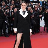 Shailene Woodly begeistert im Gentleman-Look. Sie trägt nichts anderes als einen fast bodenlangen Mantel von Dior Haute Couture und lenkt damit die Aufmerksamkeit auf ihre endlos langen Beine.