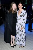 Auf einem Event in New York zeigt Chelsea Clinton ihren wachsenden Babybauch, den sie in ein schlichtes, schwarzes Dress gehüllt hat. Ihre Schwangerenkurven lassen sich nun nicht mehr verstecken – da hilft es auch nicht, dass sich die 39-Jährige ihren XL-Mantel elegant um die Schultern legt. Ihr drittes Kind erwartet Chelsea im Sommer 2019.