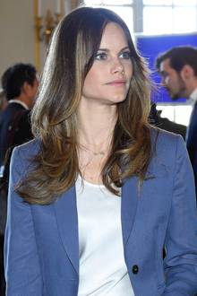 Prinzessin Sofia trägt nämlich eine hübsche, silberneHalskette, an denen die Sternzeichen ihrer beiden Söhne - Alexander und Gabriel - baumeln. Auf diese Weise hat Sofia ihre beiden Jungs immer bei sich.