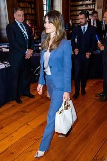 Gemeinsam mit ihrer Schwiegermutter, Königin Silvia, nahm Prinzessin Sofia am Demenzforum im königlichen Schloss in Stockholm teil. Zu diesem Termin trägt Sofia einen royalblauen Hosenanzug von Tiger of Sweden in Kombination mit einem hellen Seidentop, einer großen Handtasche und absoluten Hingucker-Schuhen ...