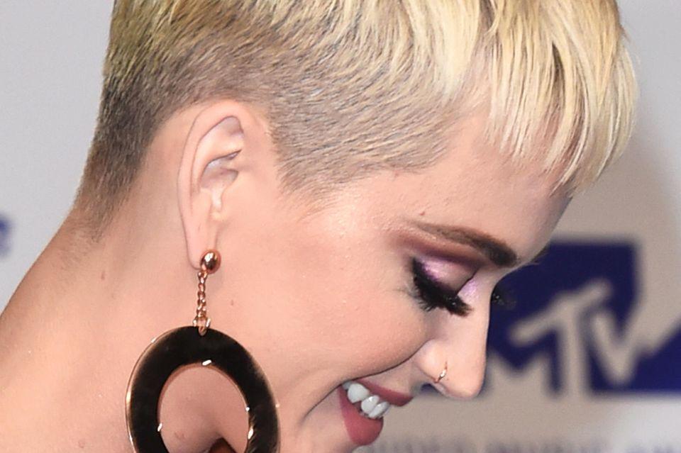 Von der Seite ist deutlich zu sehen, dass sich Katy Perry für einen kurzen Pixie-Cut entschieden hat.