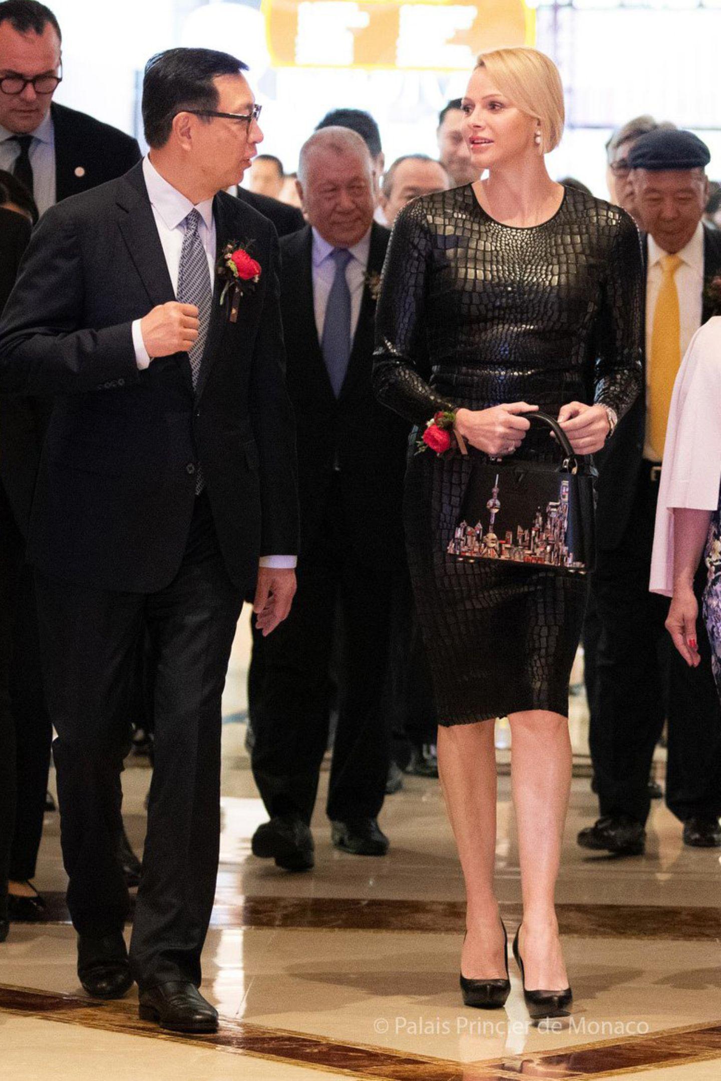 """Hier kommt Charlène! Die Fürstin eröffnet die """"Grace Kelly from Hollywood to Monaco""""-Ausstellung in der Galaxy Exhibition Hall in Macau. Zu diesem Anlass hat sie sich in ein ganz besonders heißes Outfit geworfen."""