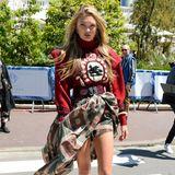 """Romee Strijd macht die Straßen an derCôte d'Azur zum Laufsteg: In einem roten Wollpullover und wild-gemusterten Rock flaniert der """"Victoria's Secret""""-Engel tagsüber durch Cannes."""