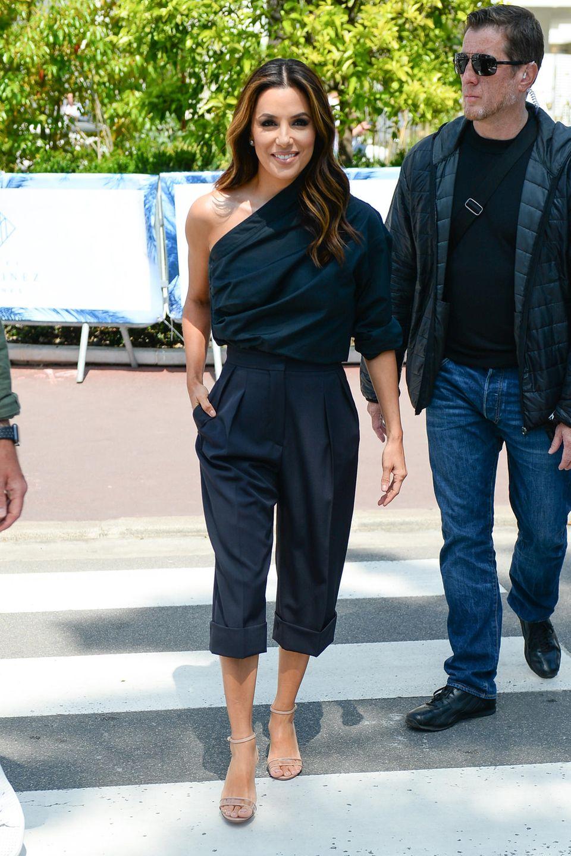 Sportlich Chic: In einem dunkelblauen Zweiteiler und halbhohen, nudefarbenen Sandalen macht sich Eva Longoria auf den Weg zu einem Termin mit L'Oréal.