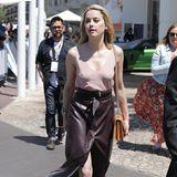 Heiß, heißer, Amber Heard: Die Schauspielerin setzt auch in ihrer Freizeit auf einen eleganten Lederrock mit hohem Beinschlitz, auf einen BH unter ihrem zarten Top verzichtet sie allerdings und verleiht ihrem Outfit so die gewisse Spur von Lässigkeit.
