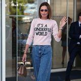 Abreise: In Jeans und Pullover spaziert Nieves Álvarez aus demHotel Martinez in Cannes, bevor sich das spanische Model auf den Weg zum Flughafen macht.
