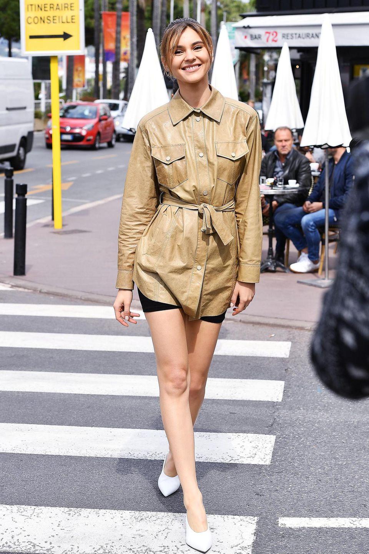 Für ein Fotoshooting mitL'Oréal trägt Stefanie Giesinger einer angesagte Radler-Shorts und ein lässiges Lederhemd.