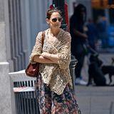 In einem luftigen Blumenkleid spaziert Katie Holmes durch New York. Um den Boho-Style perfekt zu machen, legt sie sich ein gehäkeltes, beigefarbenes Tuch um die Schultern und trägt bequeme Sandalen. Die 40-Jährige hat auch allen Grund entspannt zu sein, schließlich macht sie erst kürzlich ihre Beziehung zu Jamie Foxx öffentlich und kann ihre Liebe jetzt frei genießen.