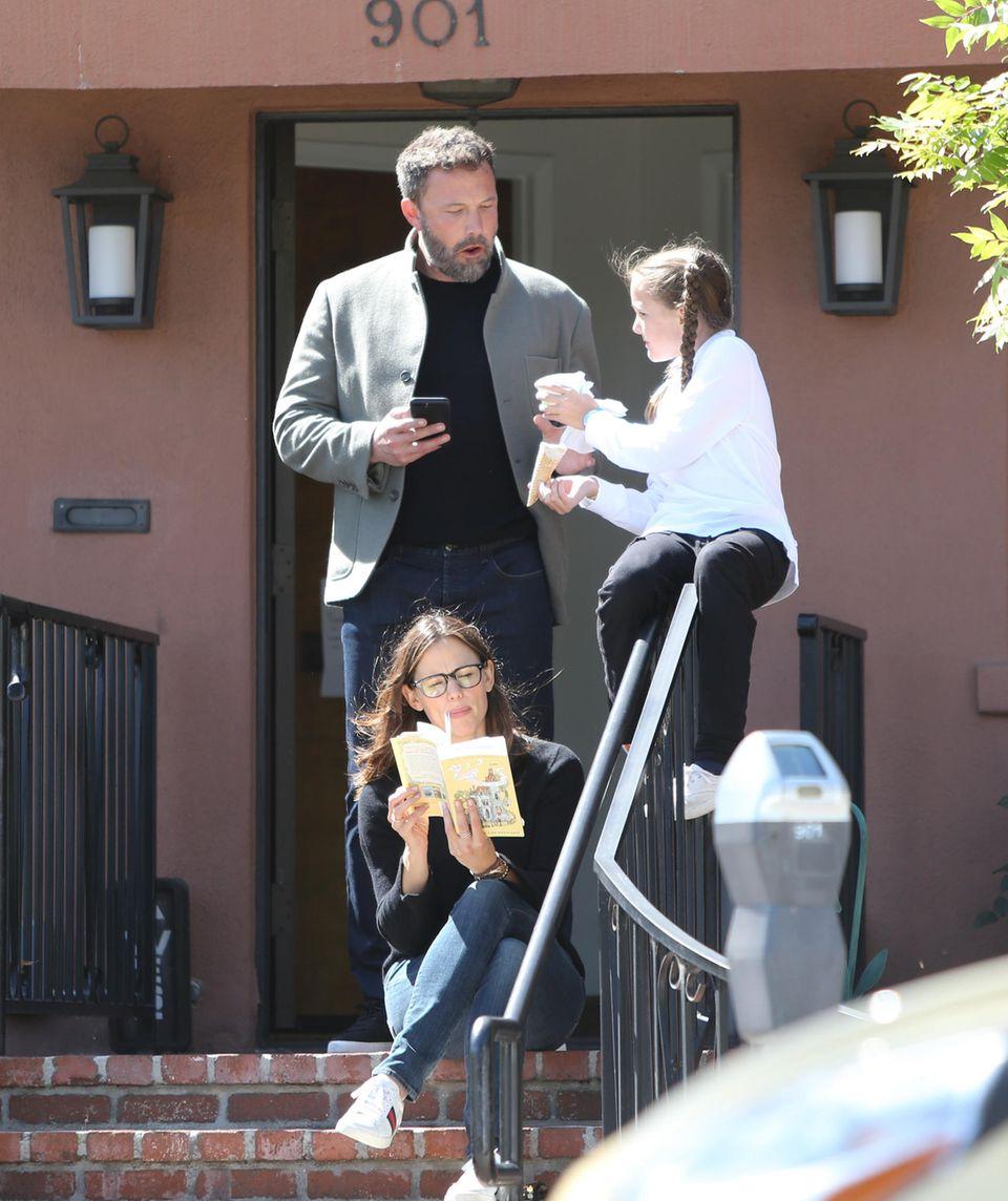 16. Mai 2019  Ben Affleck und Jennifer Garner zeigen erneut, wie wunder Co-Parenting funktionieren kann: Mama Jennifer liest vor, während TöchterchenSeraphina Eis isst und mit Papa quatscht.