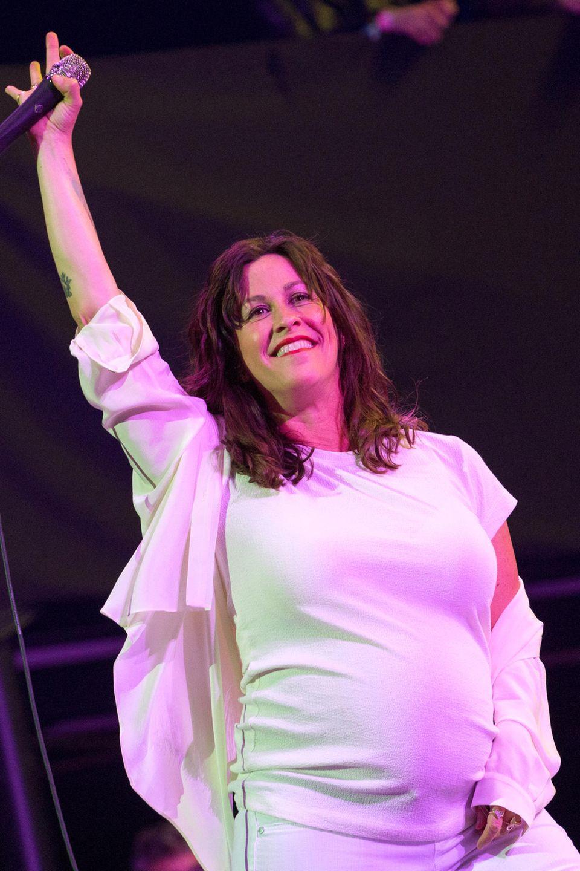 Alanis Morissette rockt die Bühne trotz Babybauch
