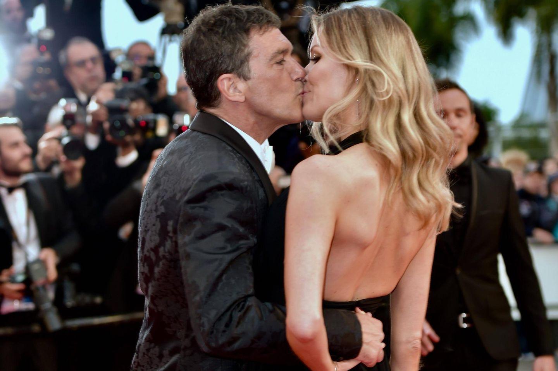 Antonio Banderas und Nicole Kimpel zeigen den Fotografen, wie verliebt sie sind.
