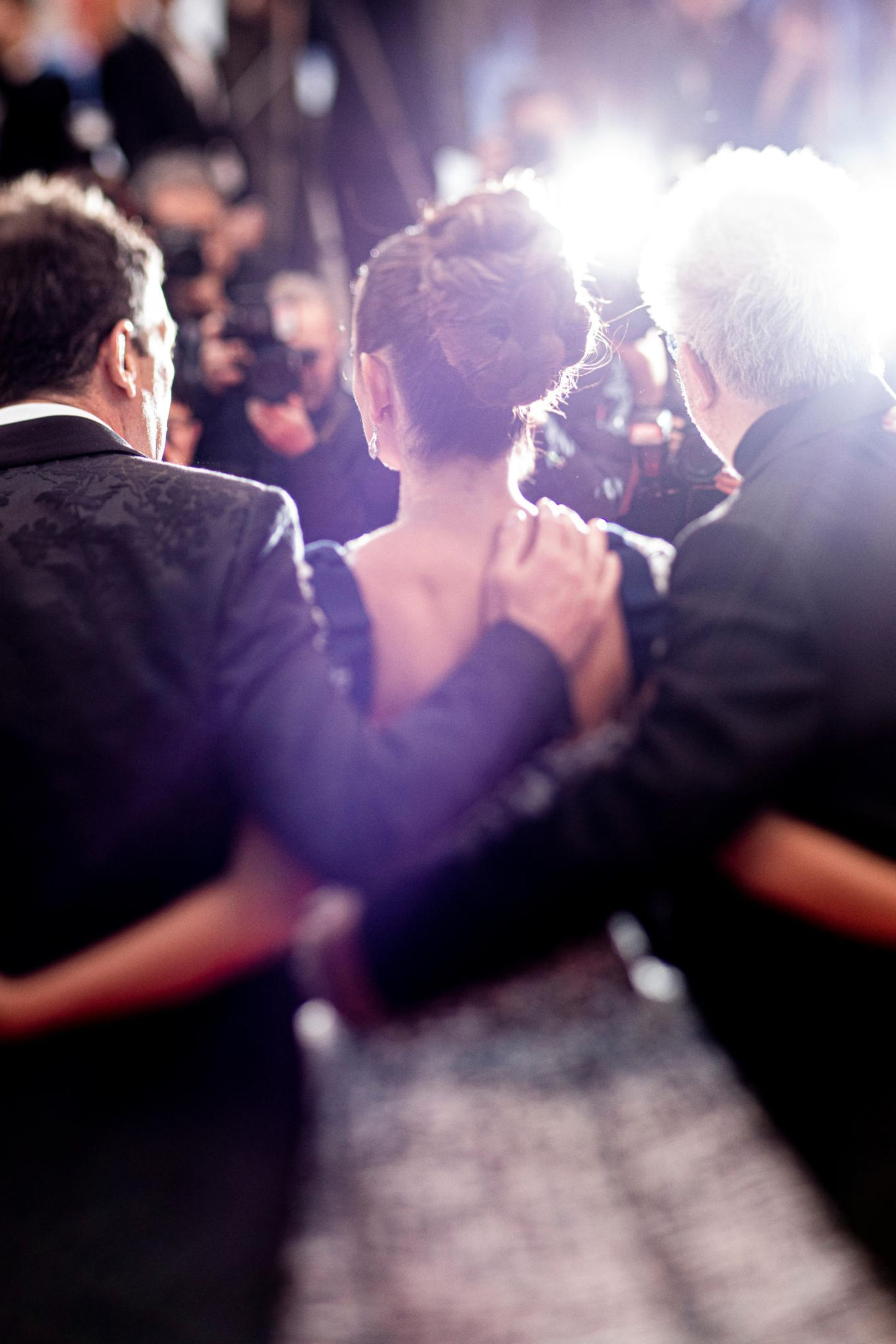 Antonio Banderas,Penélope Cruz undPedro Almodóvar präsentieren sich den wartenden Fotografen.