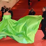 Dieses Kleid mit ausladender Schleppe muss von einem Assistenten gebändigt werden.