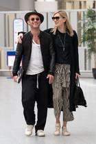 Jude Law und seine frisch angetraute FrauPhillipa Coan könnten am Flughafen in London nicht glücklicher aussehen. In gemütlichen Sommer-Looks, bequemen Turnschuhenund mit Sonnenbrille schlendern sie Arm in Arm an den Fotografen vorbei. Alles an diesen Bildern sagt: Wir gehören zusammen!