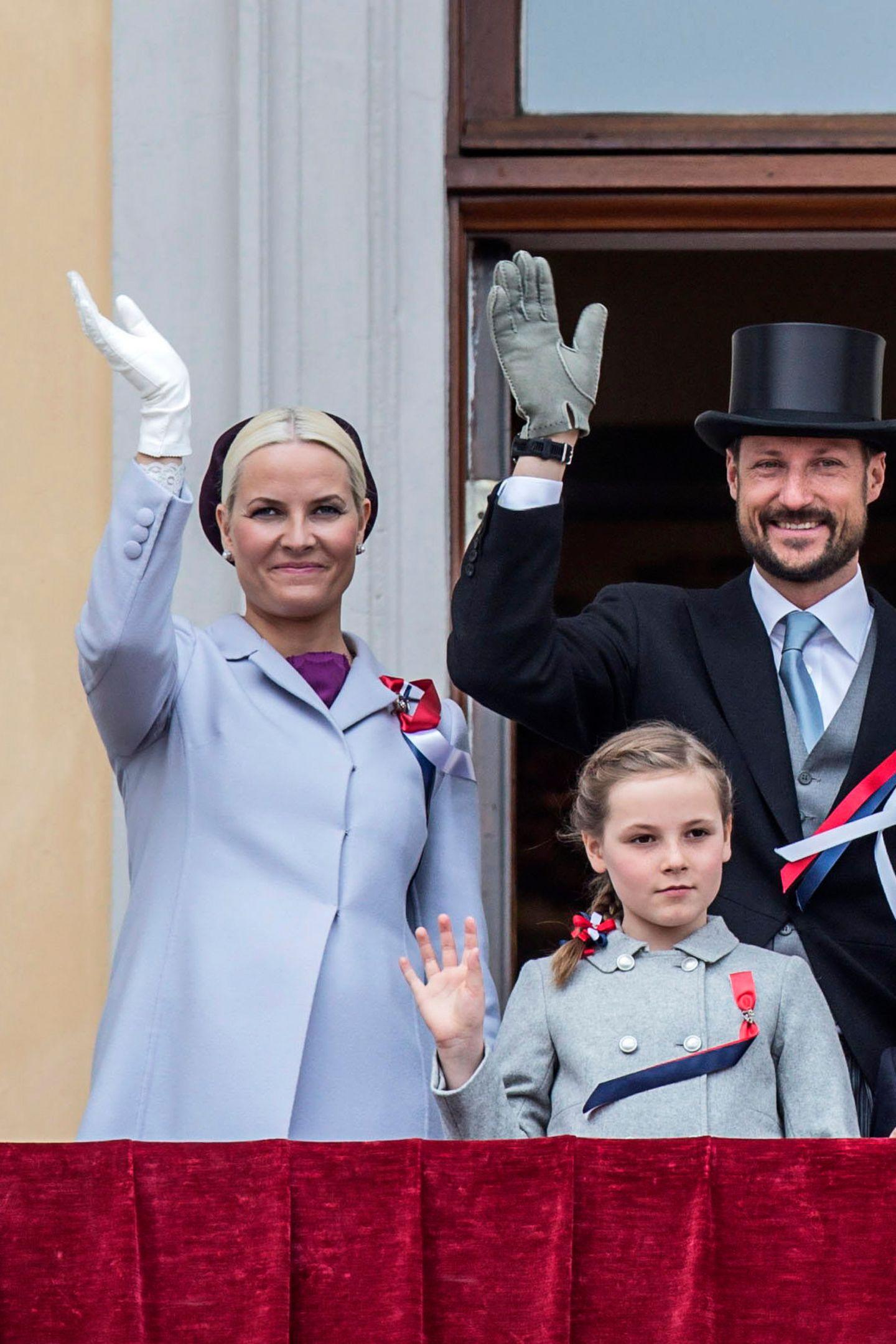 Genau sechs Jahre zuvor hatte ihre Mutter, Kronprinzessin Mette-Marit, den gleichen Mantel getragen. Scheint, als würde ihre 15-jährige Tochter Mette-Maritnicht nur immer ähnlicher werden, sondern ihrer Mama auch modisch nacheifern.