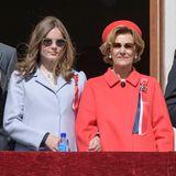 Bei den Feierlichkeiten zum Nationalfeiertag in Norwegen erscheint Prinzessin Ingrid Alexandra in einem hellblauen Mantel und mit cooler Sonnenbrille neben Königin Sonja.