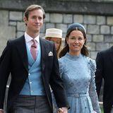 In einem hellblauen Kleid mit Knopfleiste und floralen Details setzt sie ihre schmale Silhouette in Szene. Das Kleid stammt vom New Yorker Label Kate Spade und kostet 895 Euro. Ein stylischer Samt-Haarreif und Pumps runden den Look ab. Bei ihrem letzten Auftritt in Windsor - bei der Hochzeit von Prinzessin Eugenie im Oktober 2018 - war Pippa hochschwanger. Jetzt ist sie nach der Geburt ihres Sohnes Arthur wieder sehr schlank.