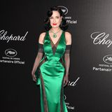 Dita von Teese setzt auf ein grünes Satin-Kleid mit schwarzen Einsätzen.