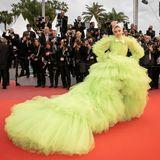 SchauspielerinDeepika Padukone zieht in ihrer quietschgrünen Tüllkreation von Giambattista Valli alle Blicke auf sich.