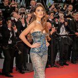 Die holländische Bloggerin Negin Mirsalehi zieht in einem engen durchsichtigen Dress alle Blicke auf sich.