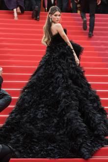Zu ihrer ausladenden, schwarzen Robe von Georges Hobeika kombiniert Sängerin Madison Beer Schmuck vonDeGrisogono.