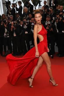 Das rote Kleid von Roberto Cavalli setzt die Modelkurven von Bella Hadid perfekt in Szene.