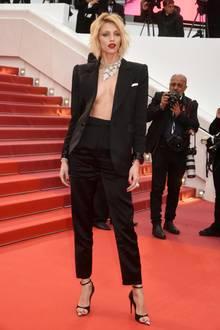"""Anja Rubik begeistert beim Screening von """"Pain and Glory"""" in einem schwarzen Anzug, zu dem sie nur auffälligen Schmuck von Boucheron trägt."""