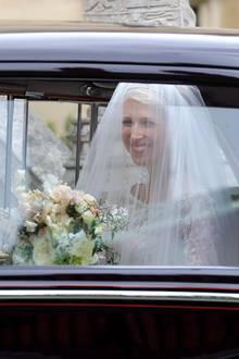 Ein erster Blick auf die Braut: Strahlend kommt Lady Gabriella Windsor mit ihrem Vater Michael, dem Herzog von Kent, an der Kapelle an. Sie trägt einen Schleier und ein Diadem, in der Hand hält sie ein Bouquet aus verschiedenen, frühlingshaften Blumen.