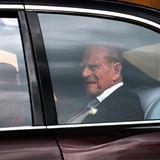Auf Prinz Philip können wir nur einen Blick im Wagen erhaschen.