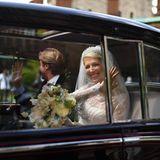 Überglücklich fährt das Brautpaar davon.