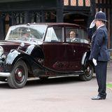 Die Braut sitzt in einem alten Rolls Royce.