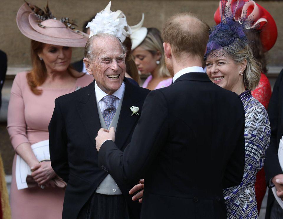 Nach der Trauung sind Prinz Philip und Prinz Harry bester Laune.