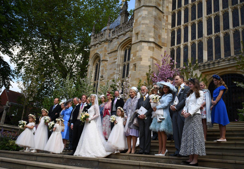 Auf den Stufen derSt George's Chapel kommt die Hochzeitsgesellschaft für ein Gruppenfoto zusammen.