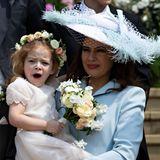 Da ist aber jemand müde: Lady Frederick Windsor Sophie Winkelman nimmt ihre gähnende Tochter Isabella auf den Arm.